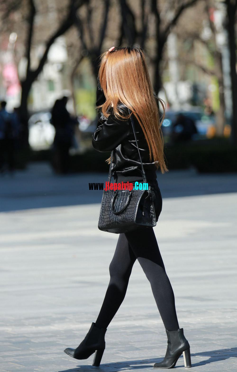 时髦的黑丝美腿美女,边上的色男人一直盯着她的丝袜美腿7