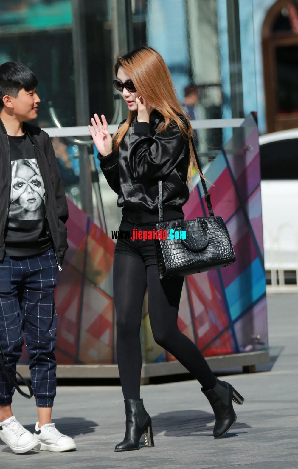 时髦的黑丝美腿美女,边上的色男人一直盯着她的丝袜美腿9