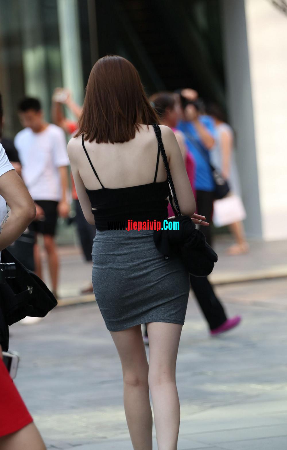 美女你这裙子实在是太紧太短了吧,难道不顾别人的感受吗8