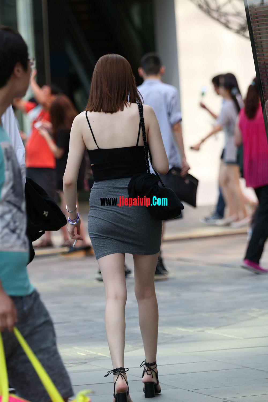 美女你这裙子实在是太紧太短了吧,难道不顾别人的感受吗10