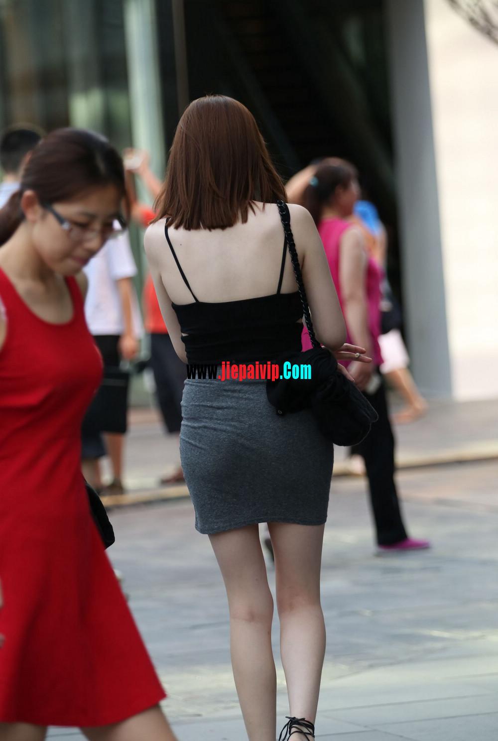 美女你这裙子实在是太紧太短了吧,难道不顾别人的感受吗17