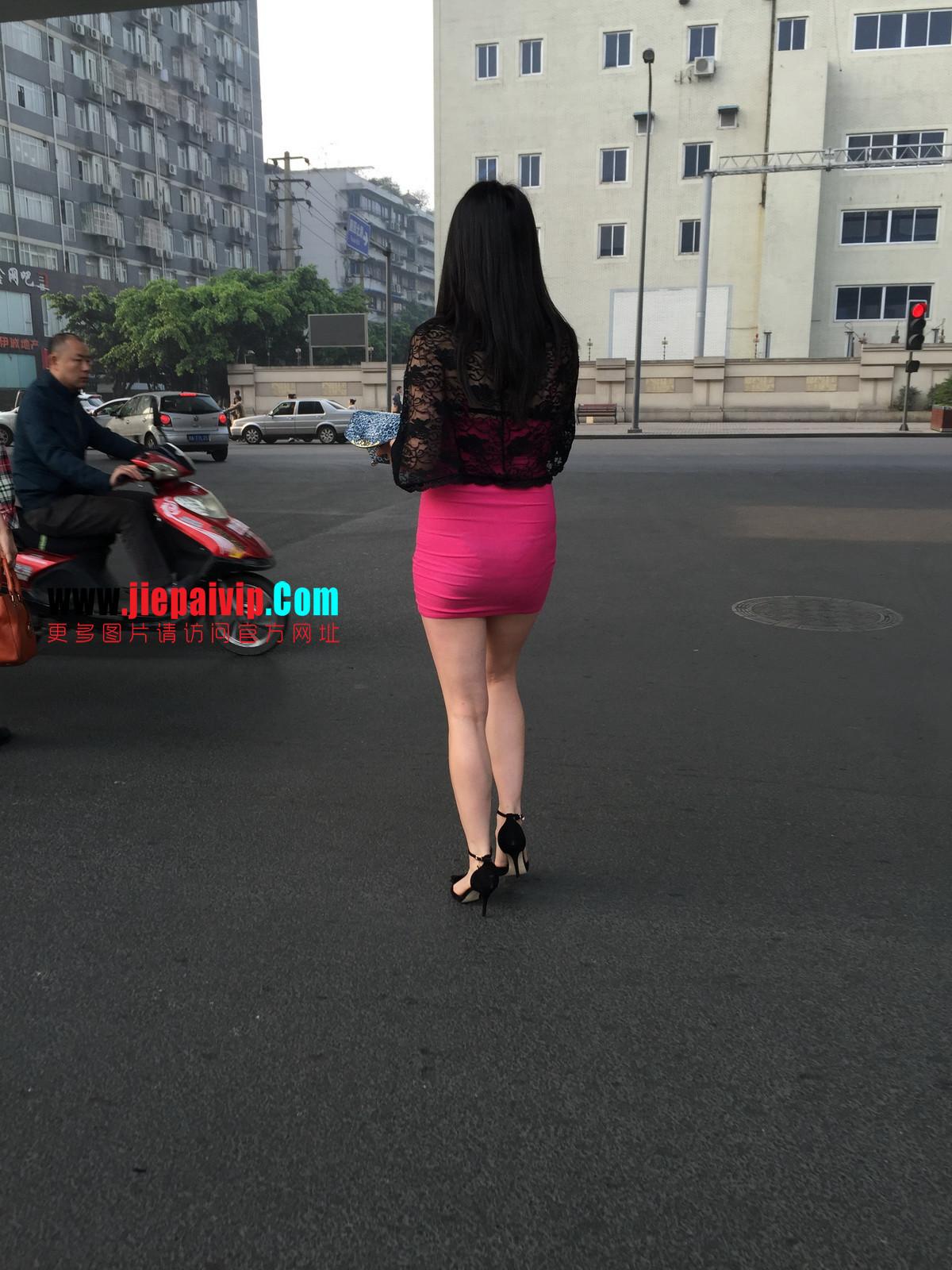 短裙紧裹,街拍极品粉裙性感美女32