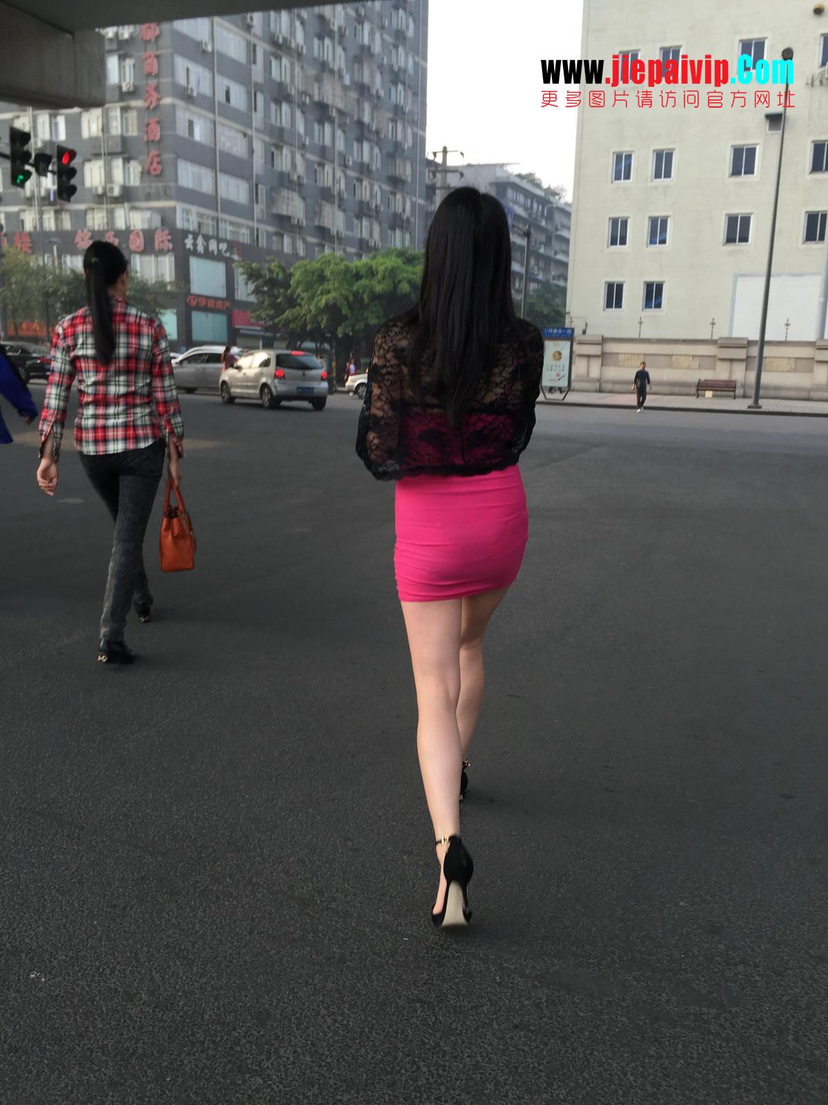 短裙紧裹,街拍极品粉裙性感美女33