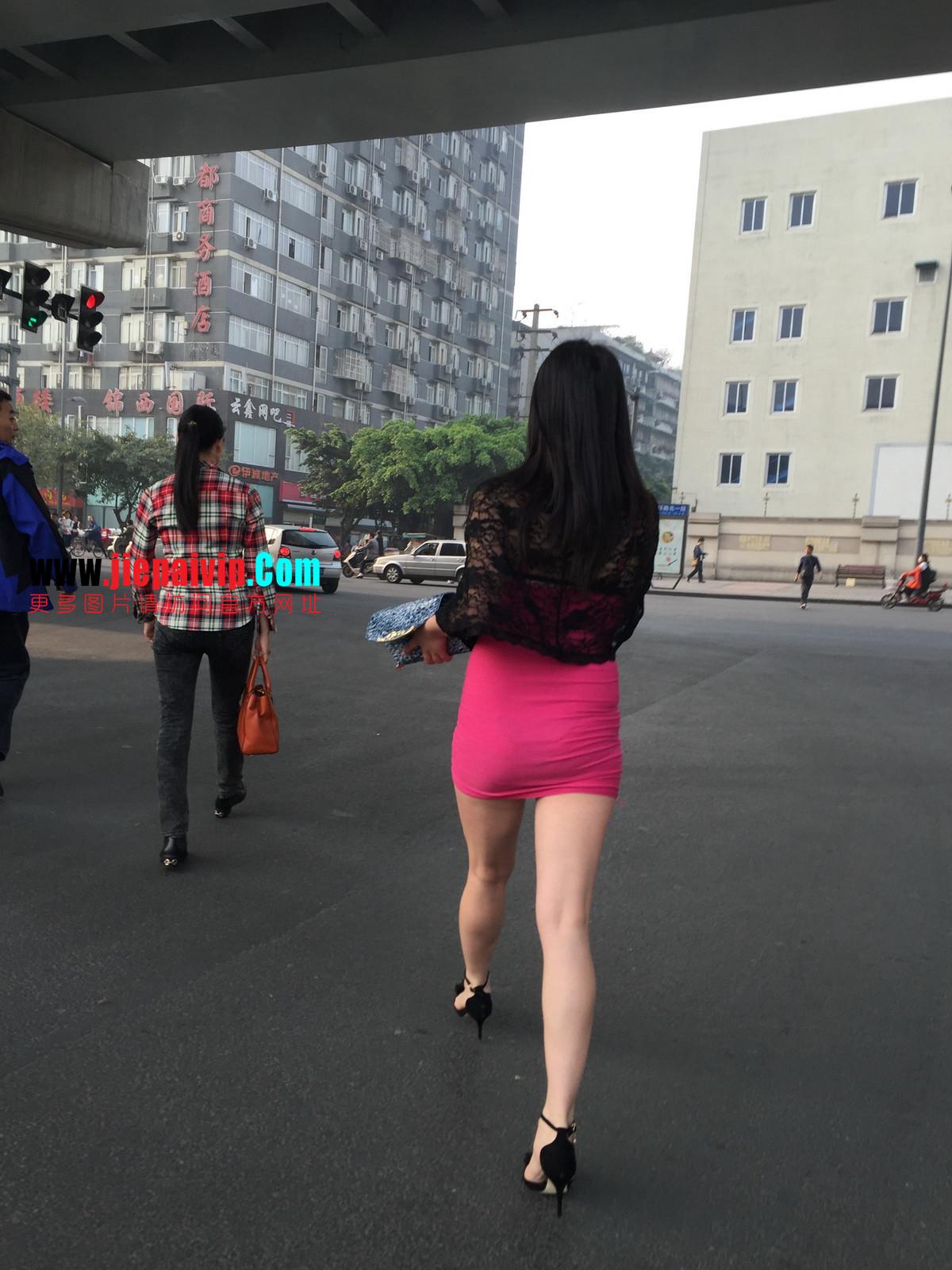 短裙紧裹,街拍极品粉裙性感美女34