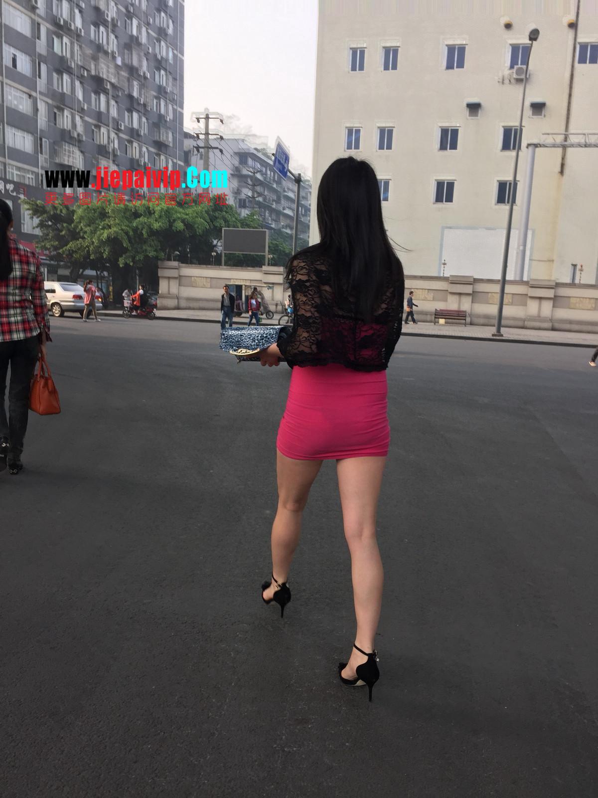 短裙紧裹,街拍极品粉裙性感美女36