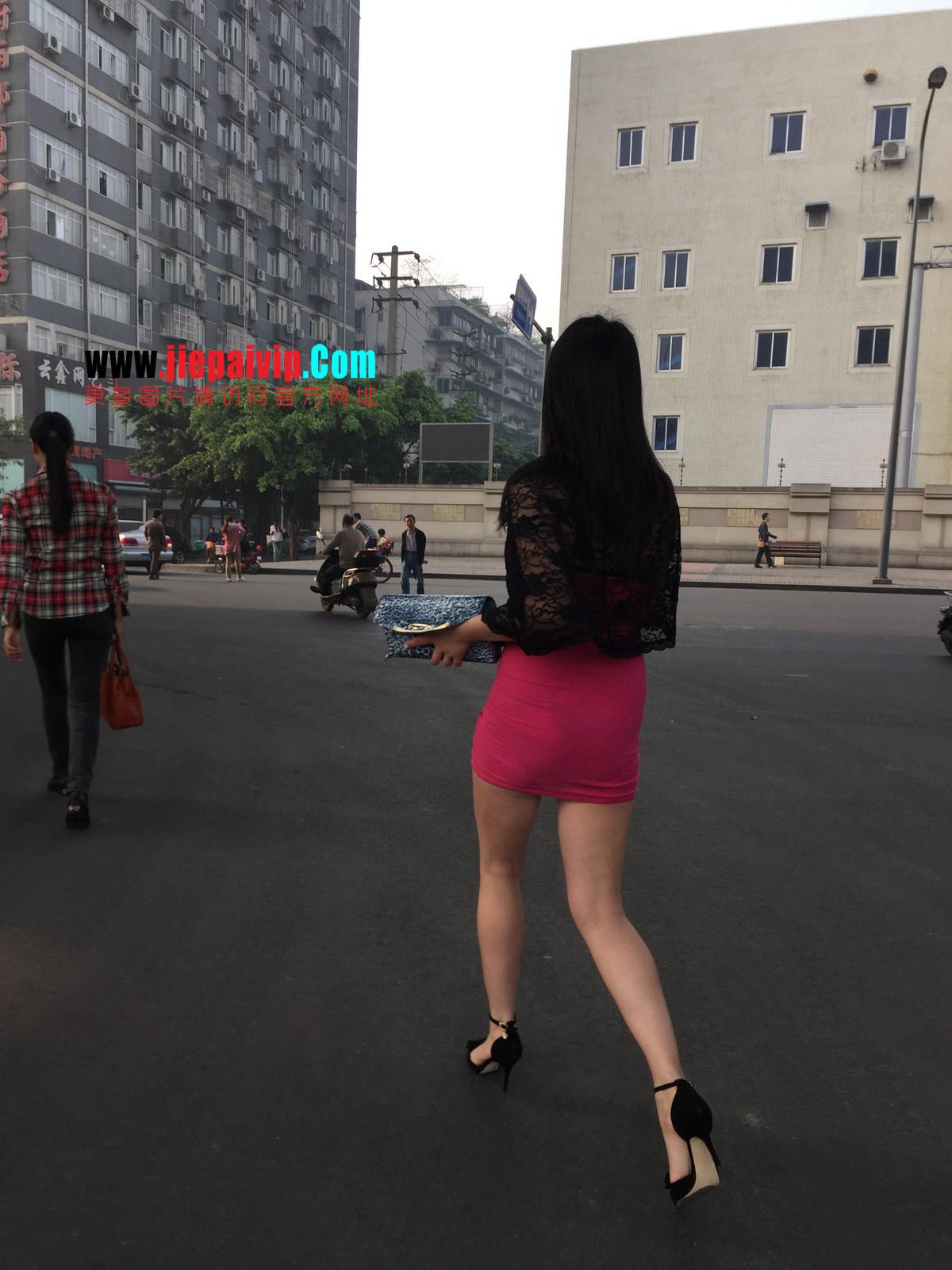 短裙紧裹,街拍极品粉裙性感美女37