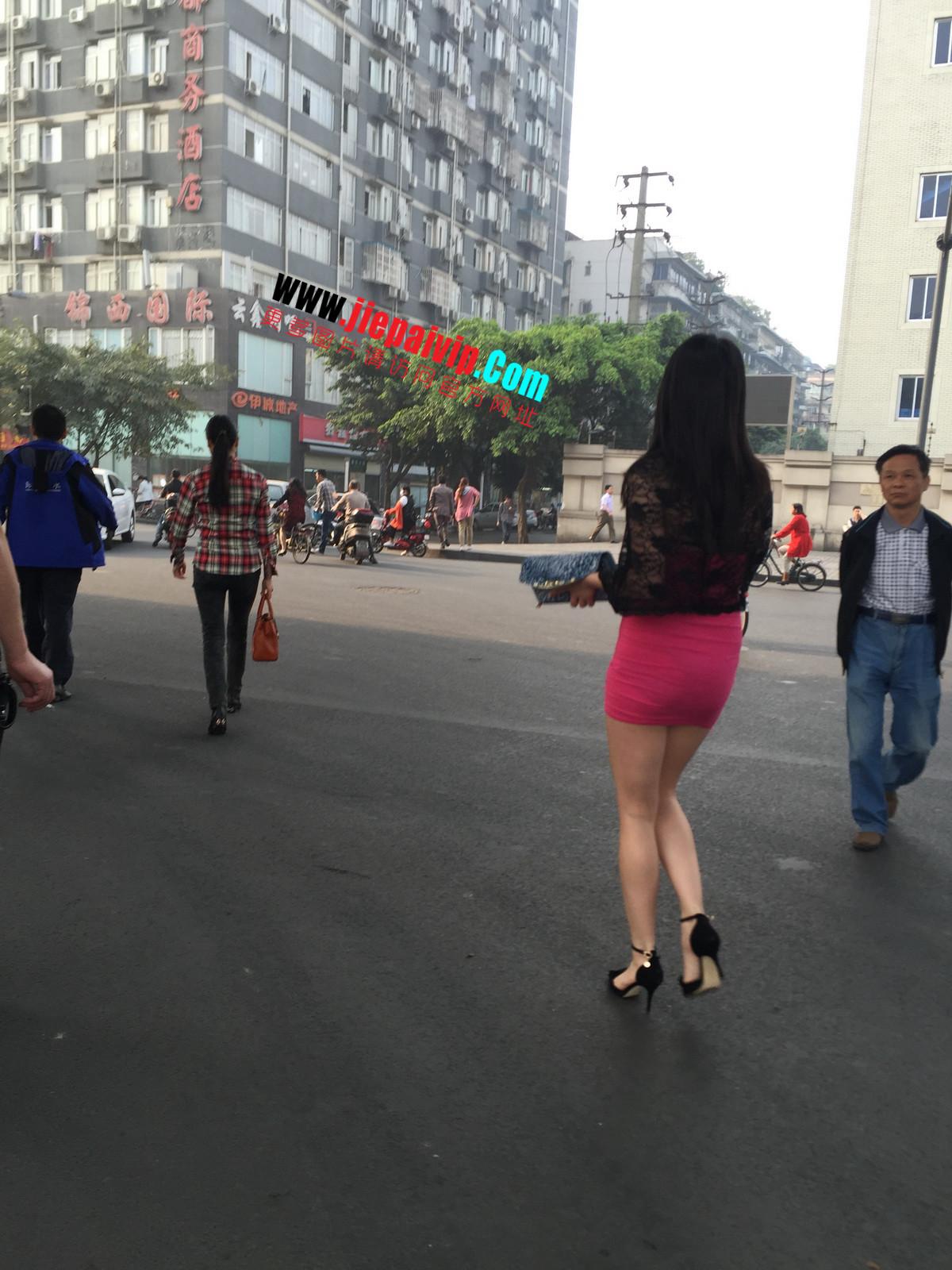 短裙紧裹,街拍极品粉裙性感美女39