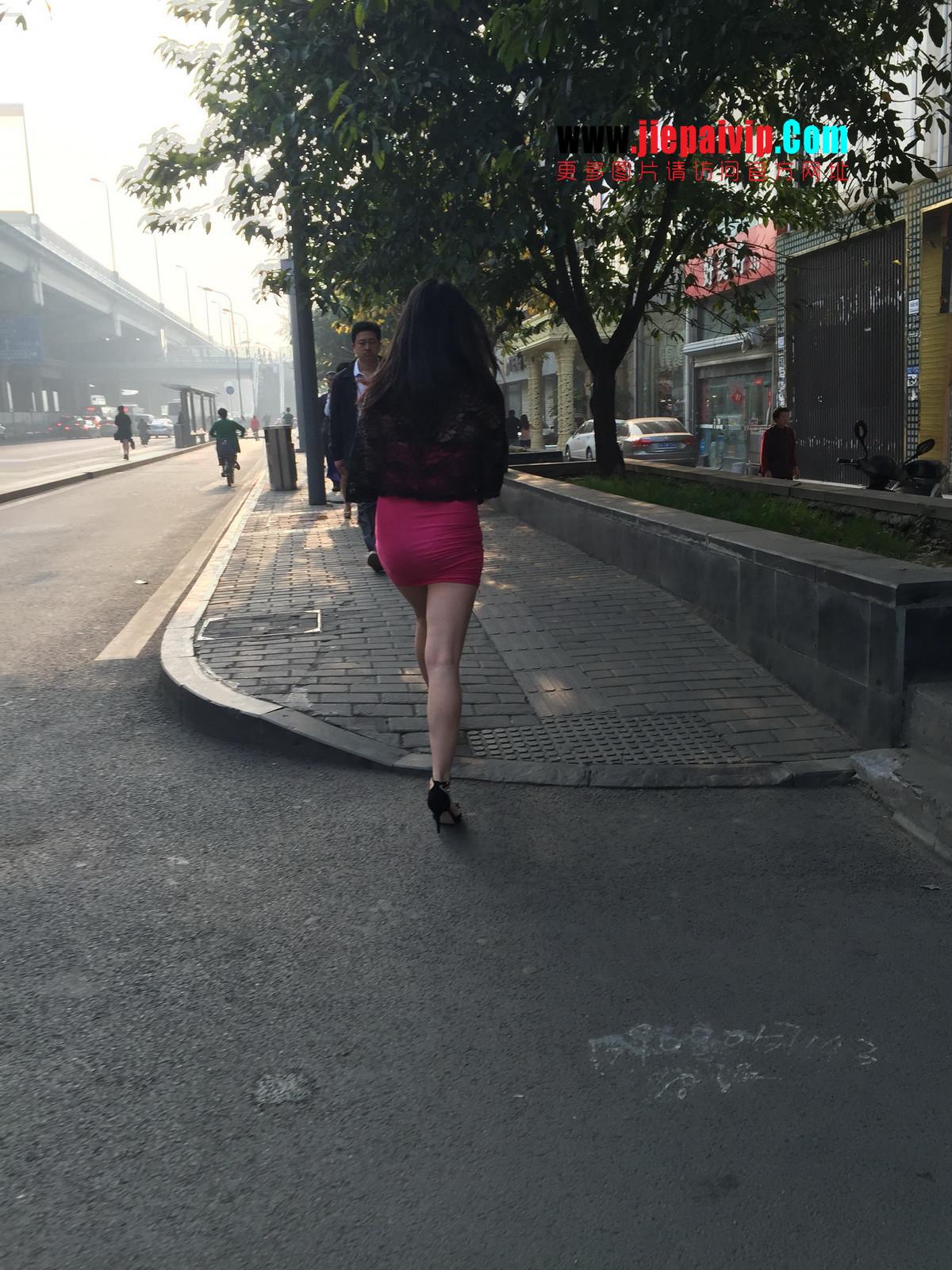 短裙紧裹,街拍极品粉裙性感美女41