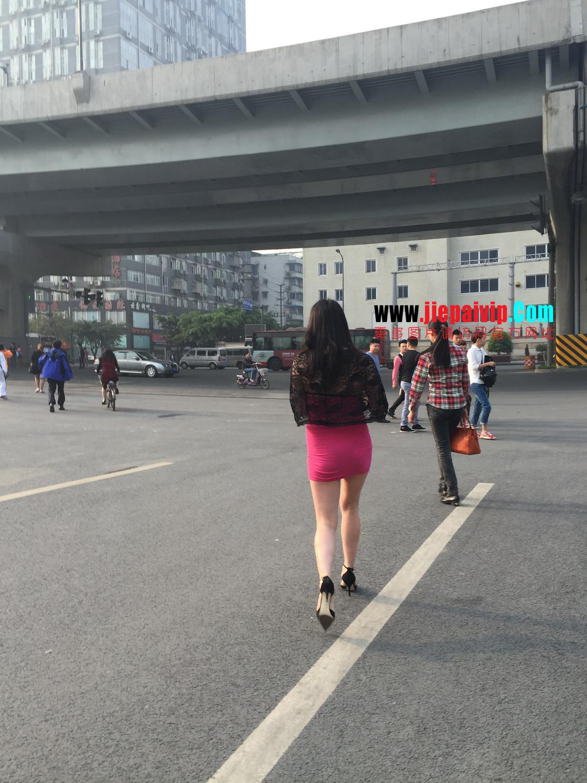 短裙紧裹,街拍极品粉裙性感美女9
