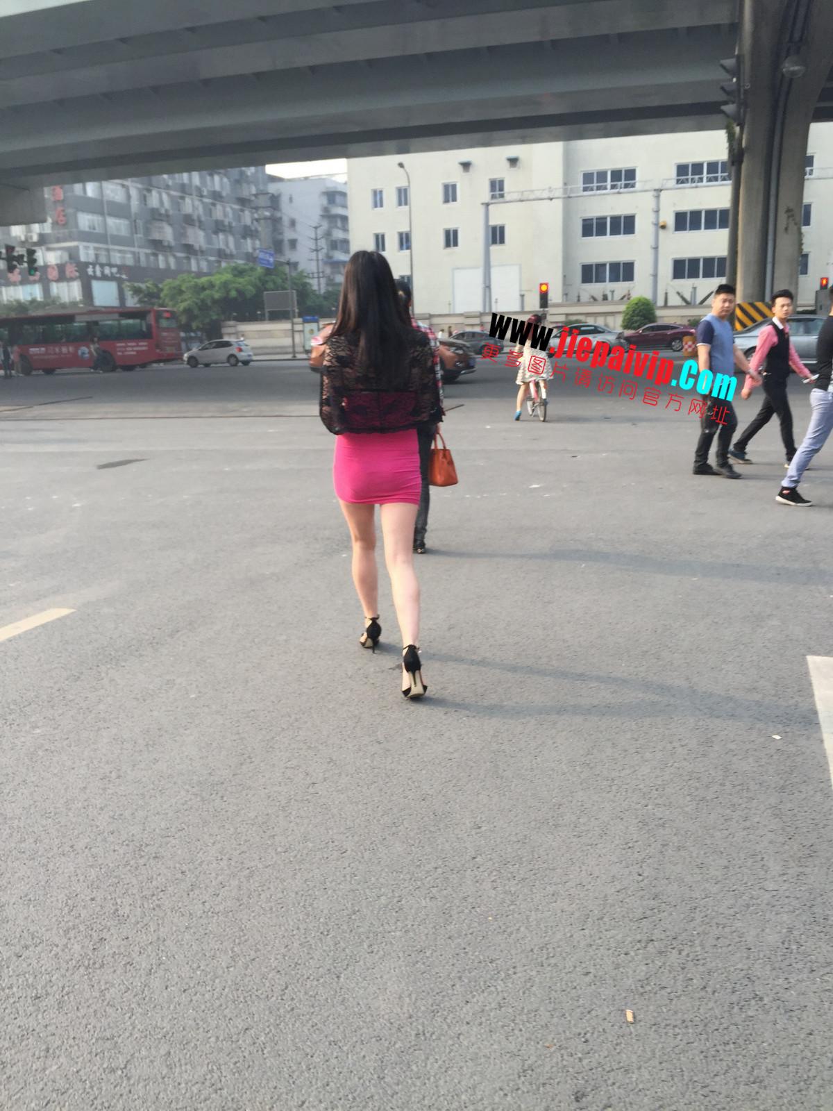 短裙紧裹,街拍极品粉裙性感美女10