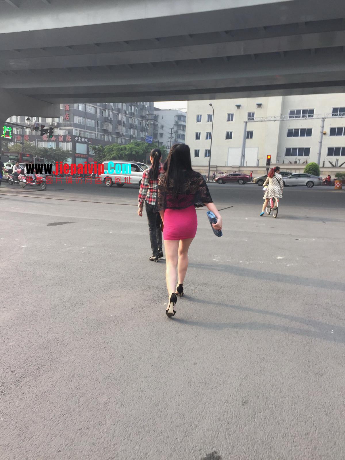 短裙紧裹,街拍极品粉裙性感美女11