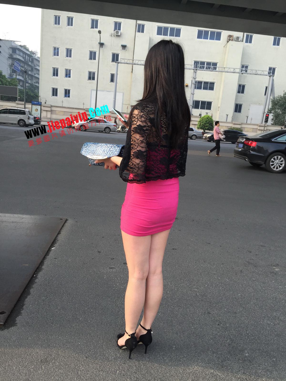 短裙紧裹,街拍极品粉裙性感美女