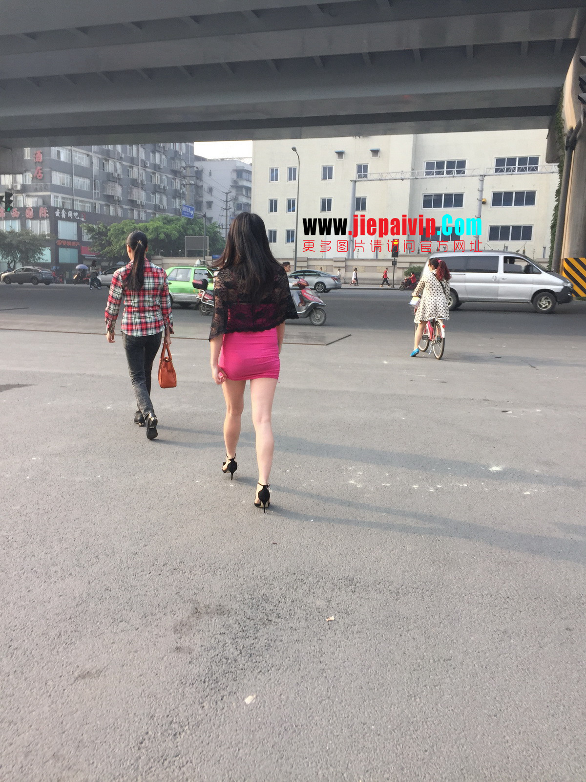 短裙紧裹,街拍极品粉裙性感美女13