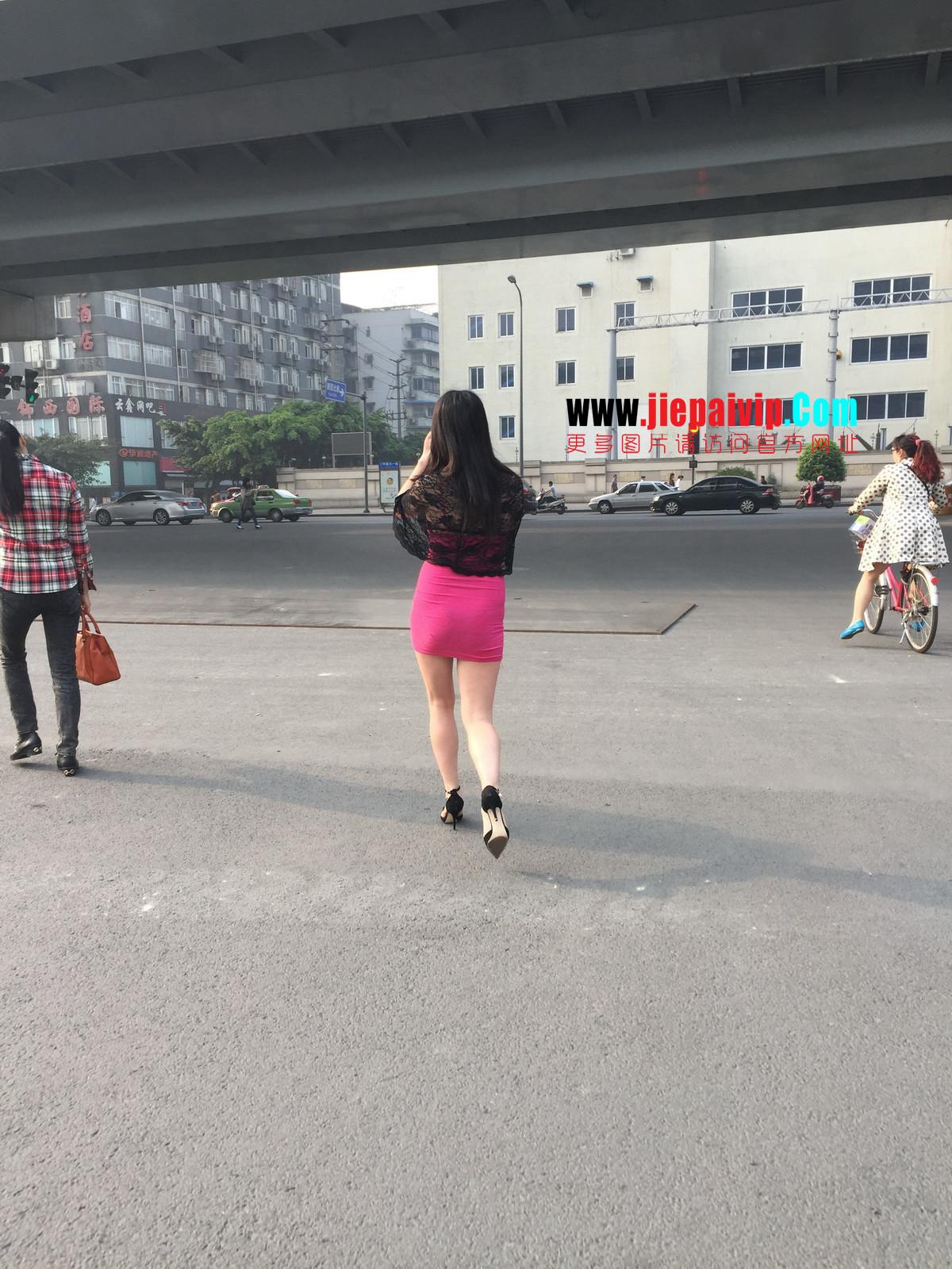 短裙紧裹,街拍极品粉裙性感美女15