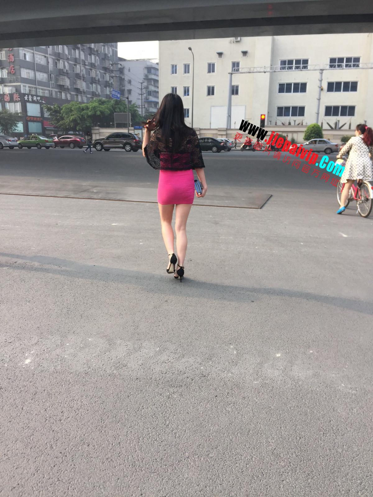 短裙紧裹,街拍极品粉裙性感美女16