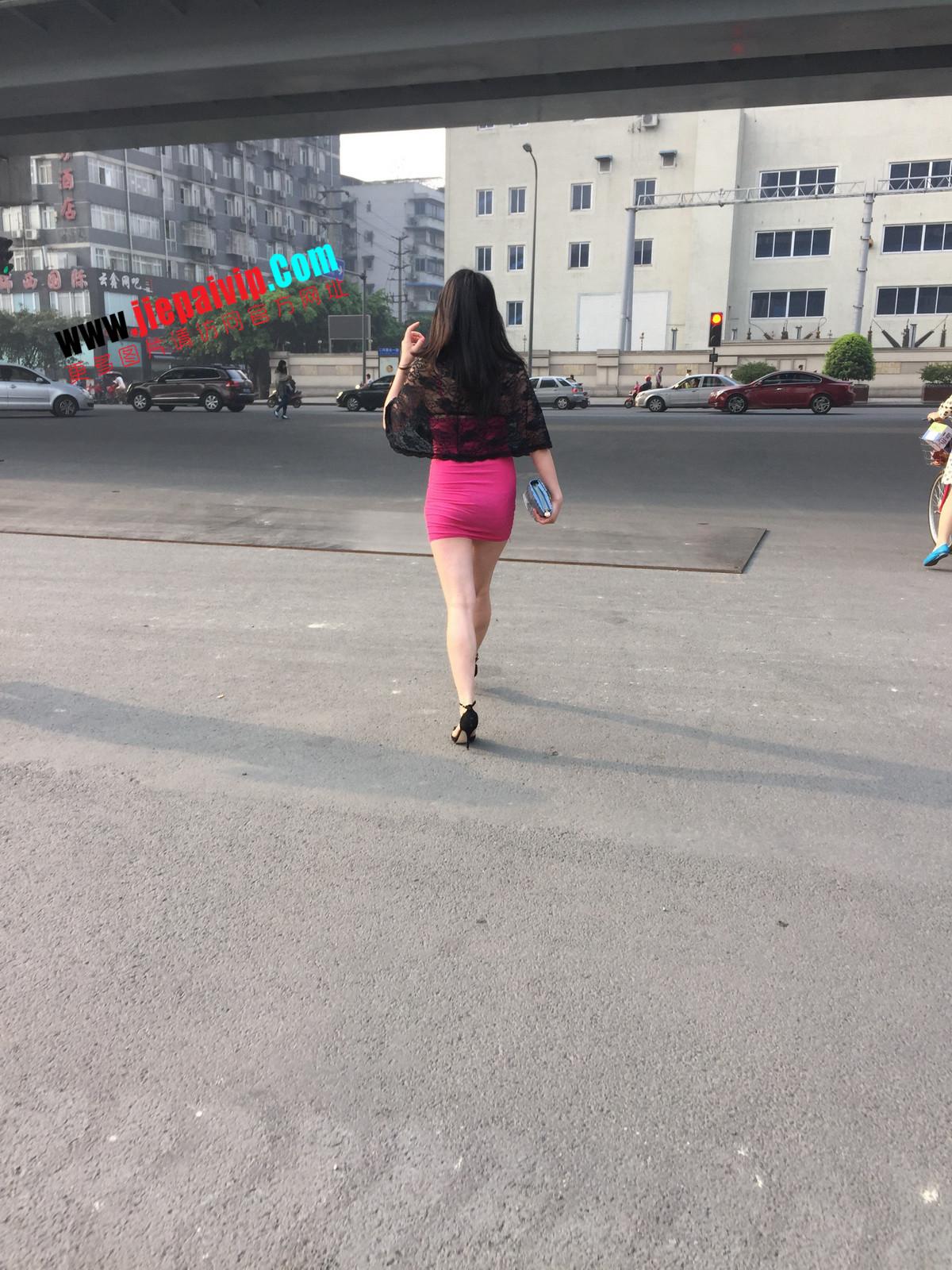 短裙紧裹,街拍极品粉裙性感美女17