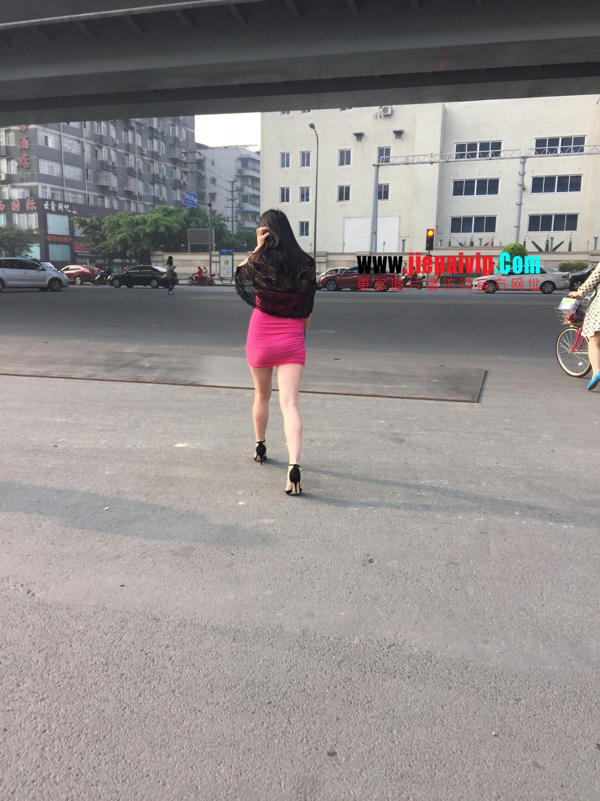 短裙紧裹,街拍极品粉裙性感美女18