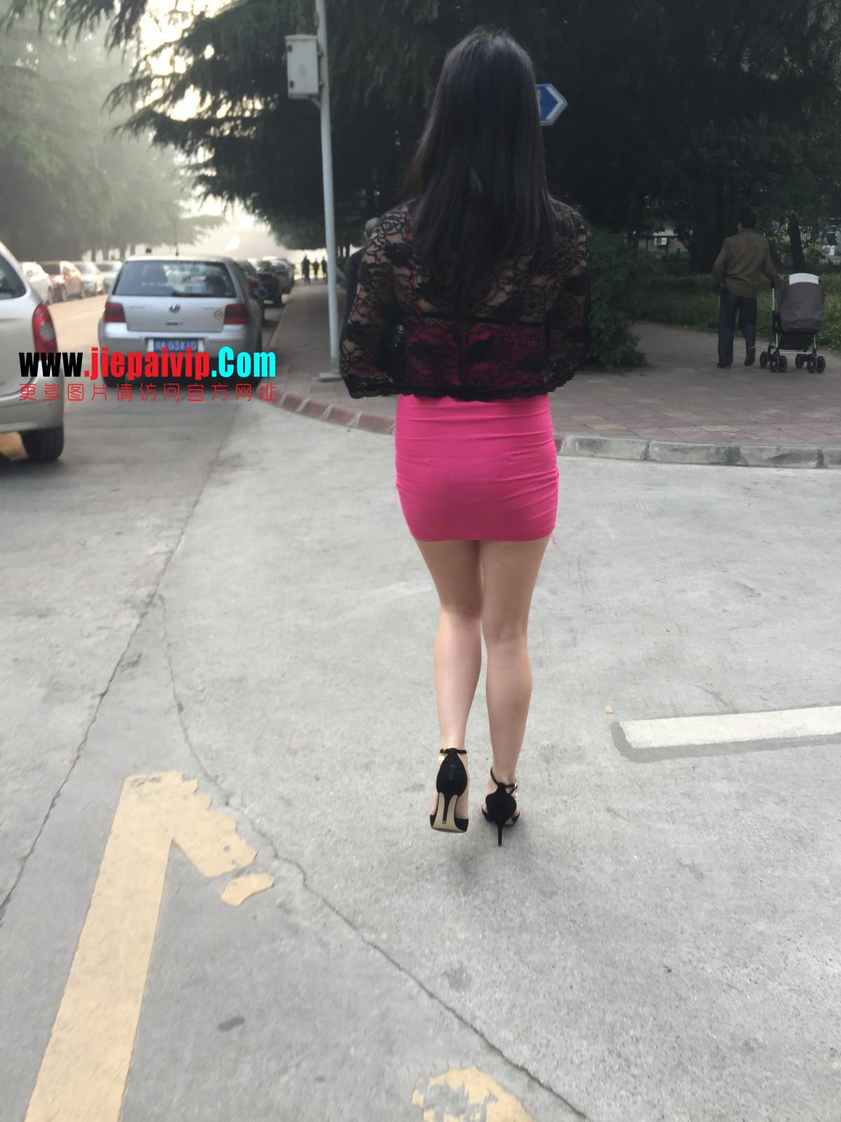 短裙紧裹,街拍极品粉裙性感美女1