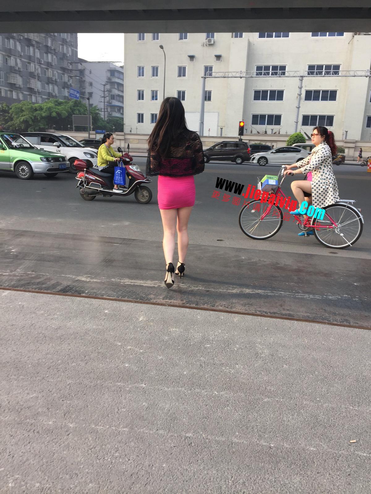 短裙紧裹,街拍极品粉裙性感美女21