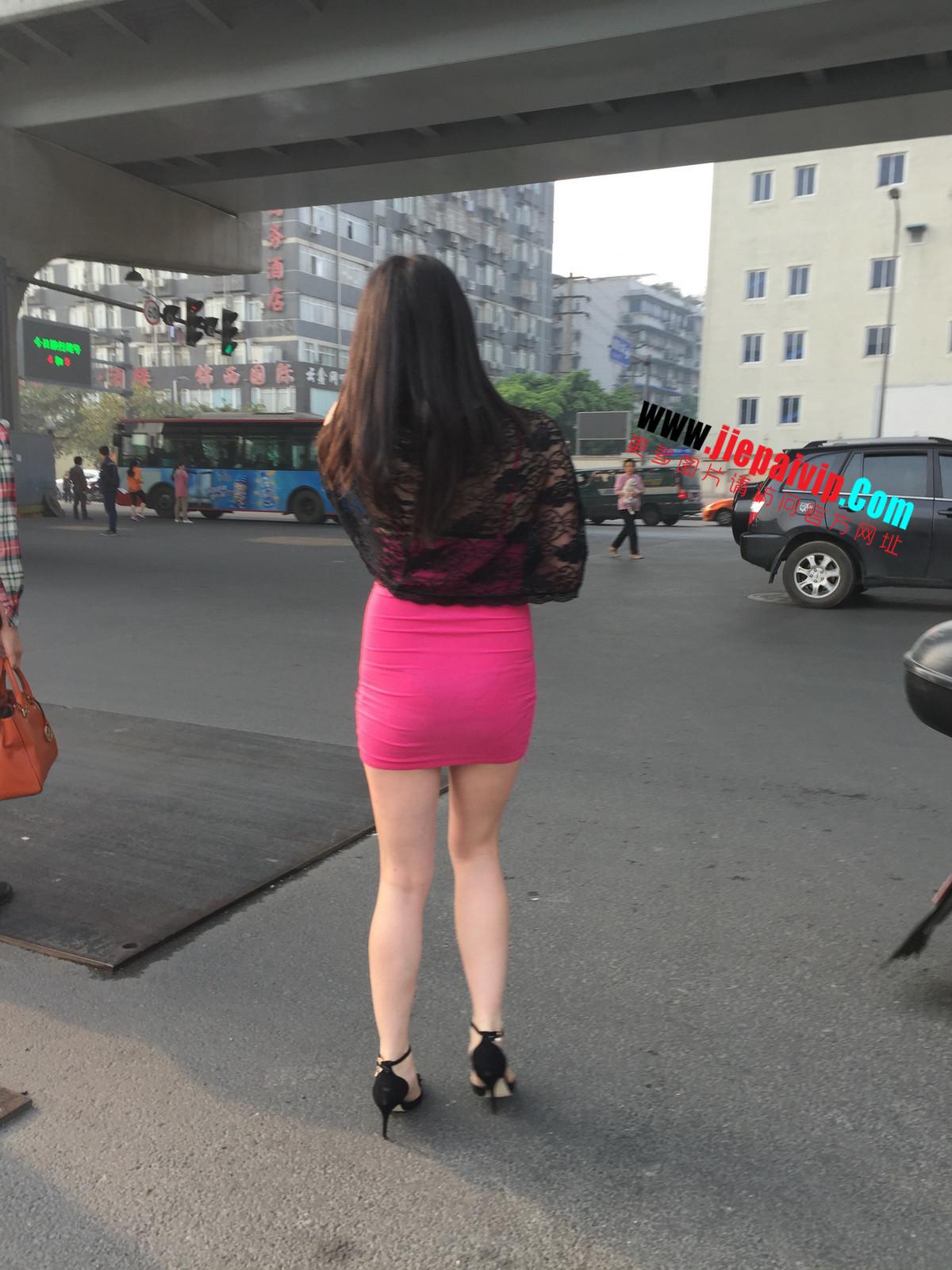 短裙紧裹,街拍极品粉裙性感美女22