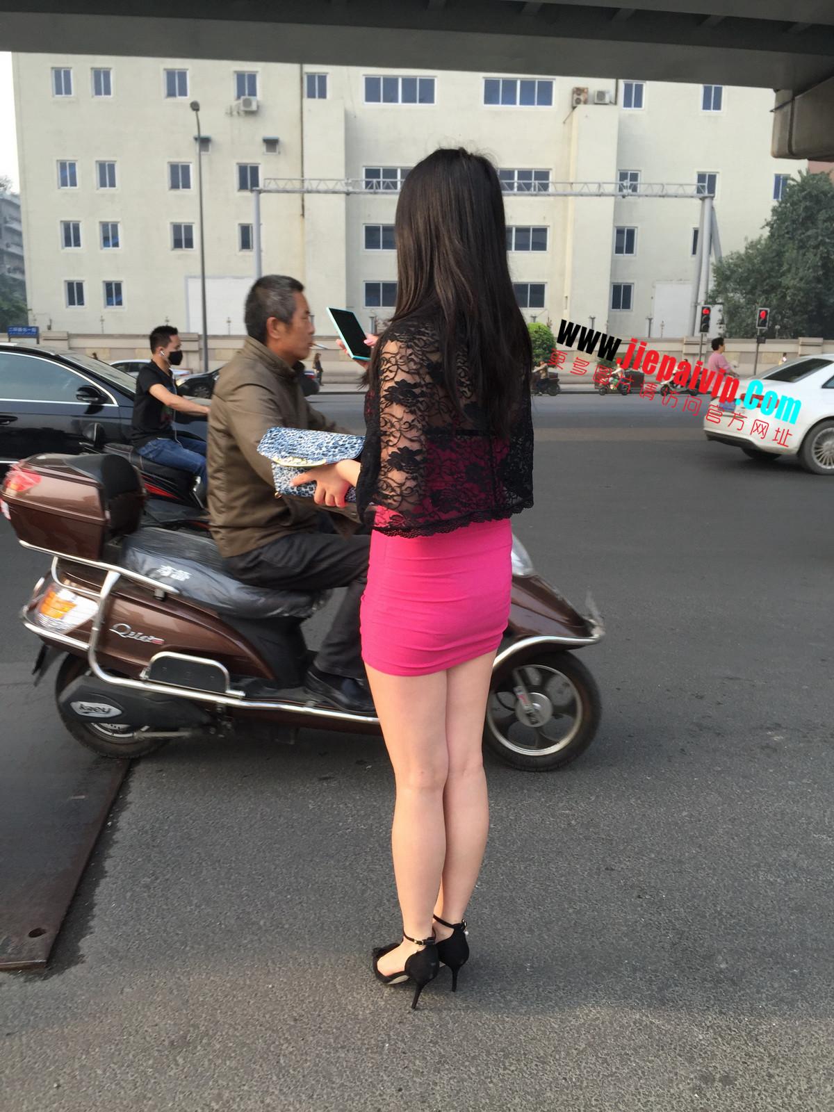 短裙紧裹,街拍极品粉裙性感美女27