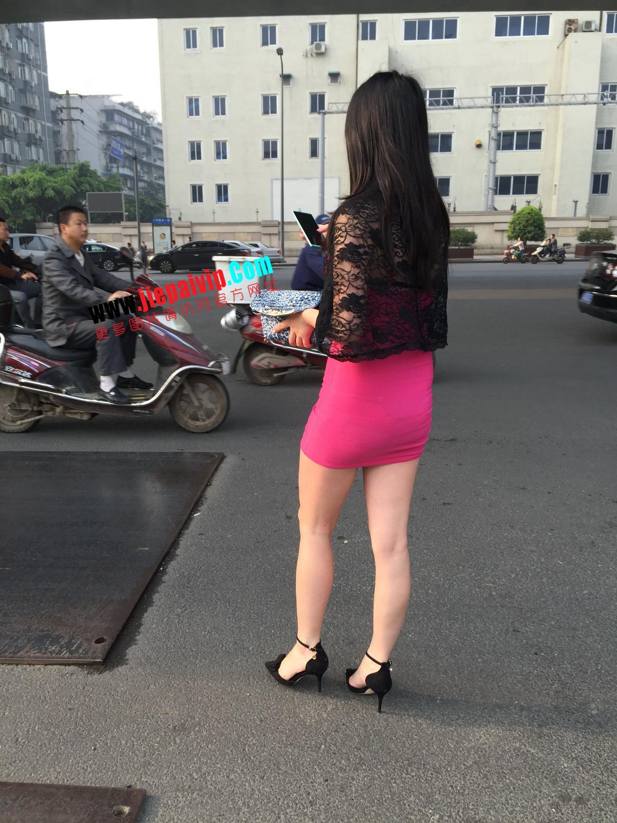 短裙紧裹,街拍极品粉裙性感美女28
