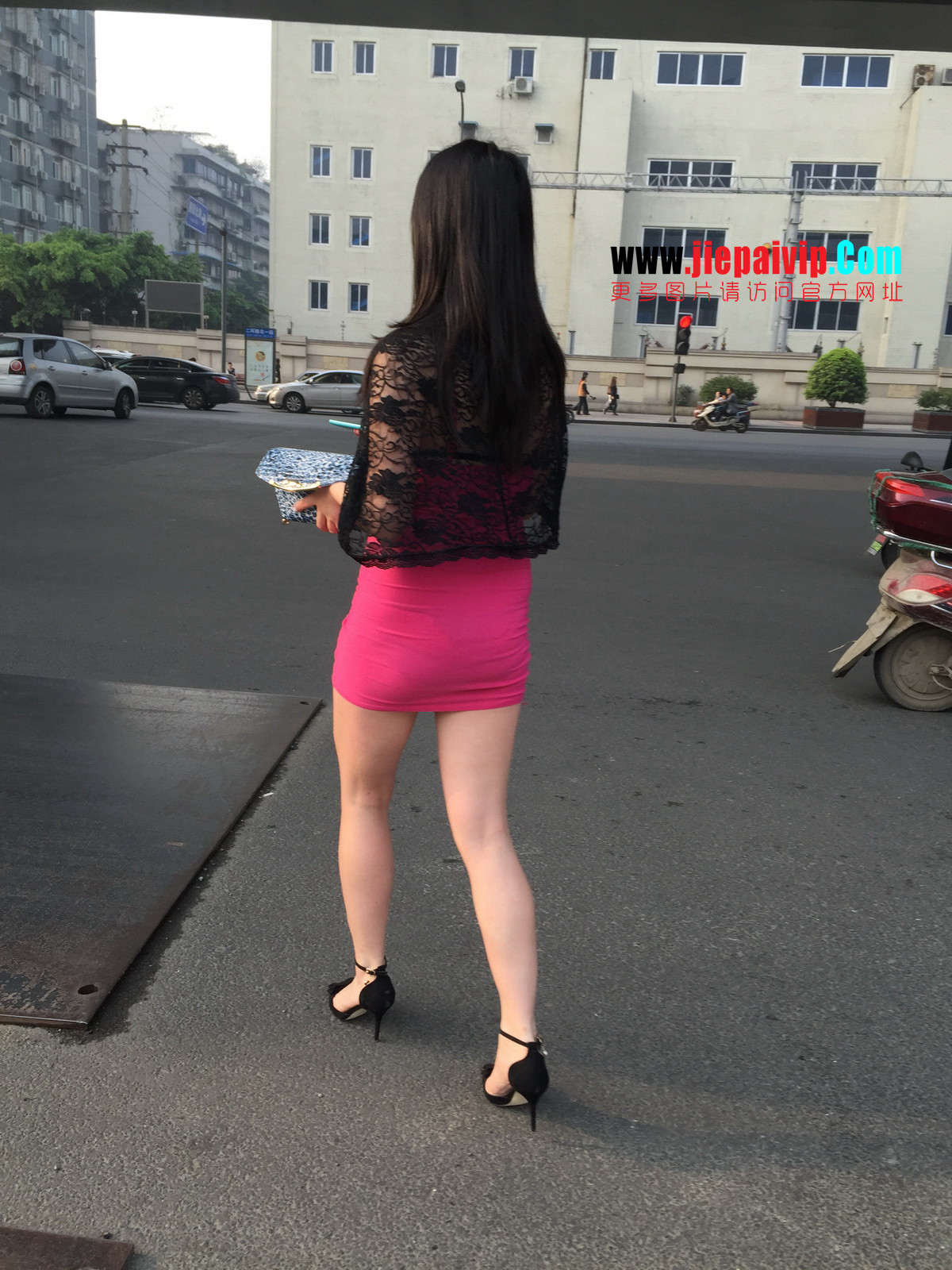 短裙紧裹,街拍极品粉裙性感美女29