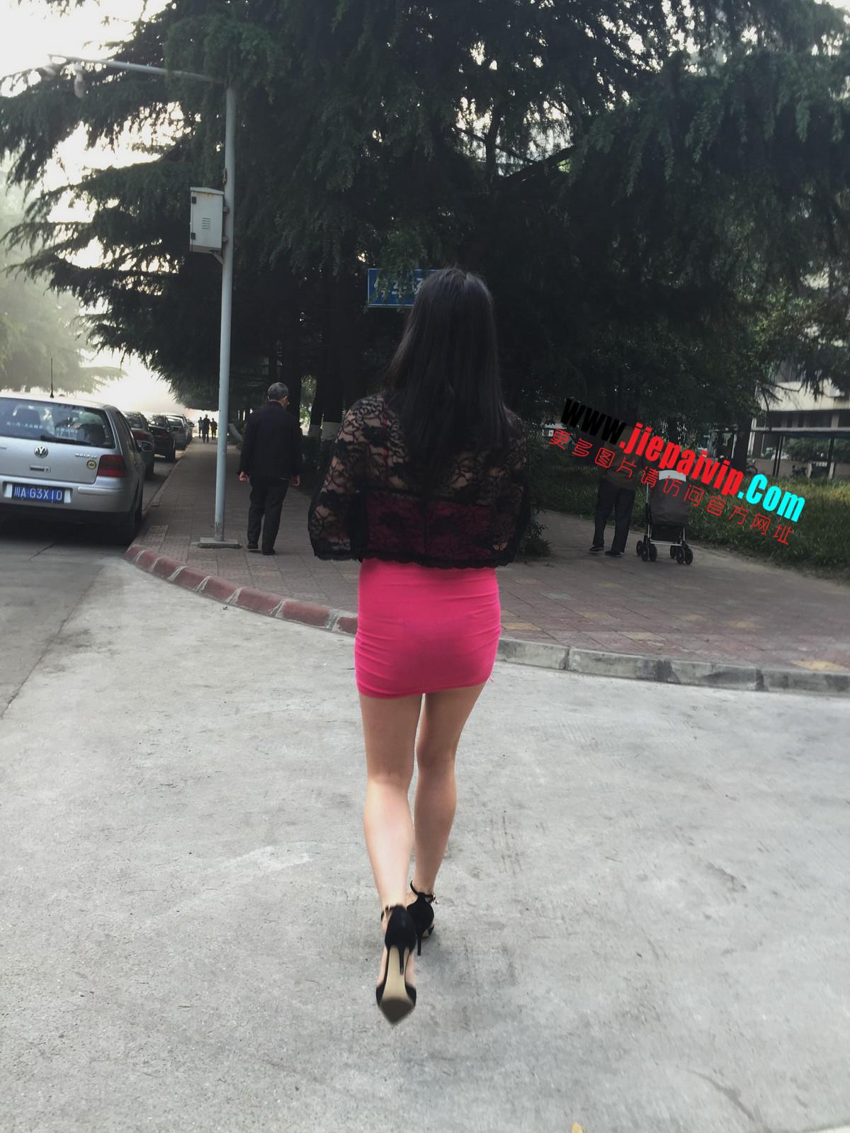 短裙紧裹,街拍极品粉裙性感美女2