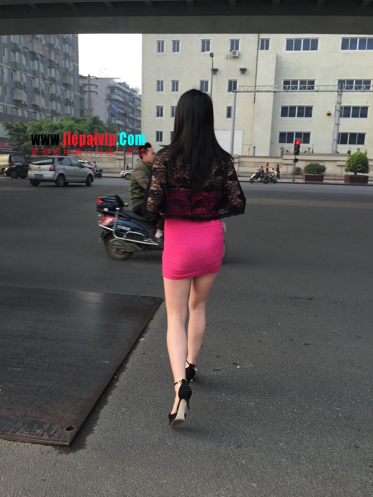 短裙紧裹,街拍极品粉裙性感美女30