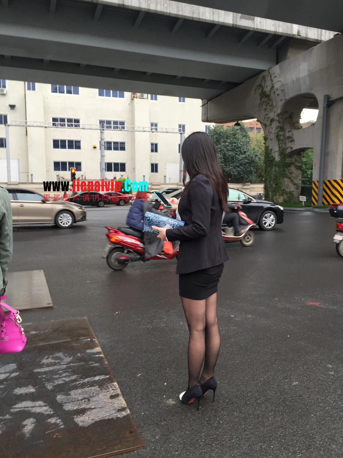 街拍职业OL美女,黑丝高跟,短裙包臀
