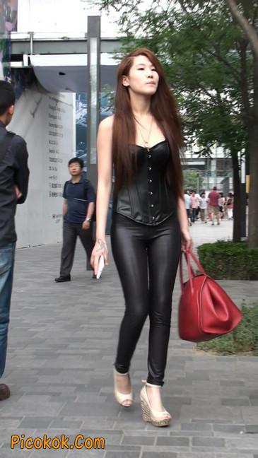黑色紧身皮裤的美女,还是皮裤能衬托屁股啊31