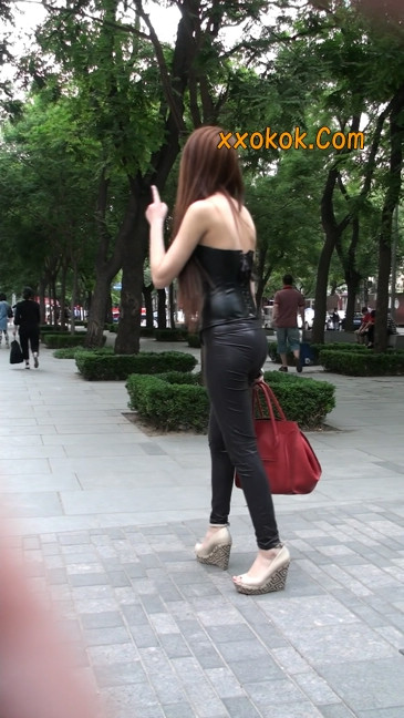 黑色紧身皮裤的美女,还是皮裤能衬托屁股啊37