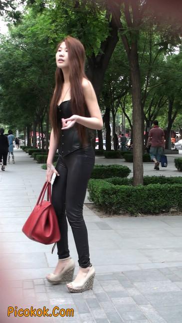 黑色紧身皮裤的美女,还是皮裤能衬托屁股啊38