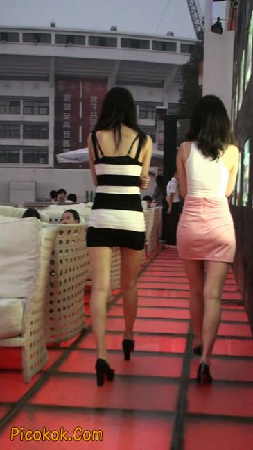 街拍夜店门口的性感超短裙极品美女