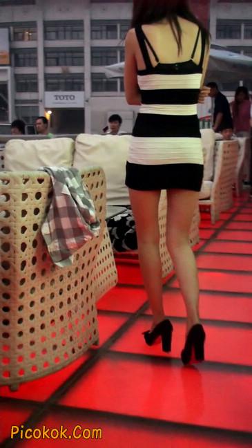 街拍夜店门口的性感超短裙极品美女1