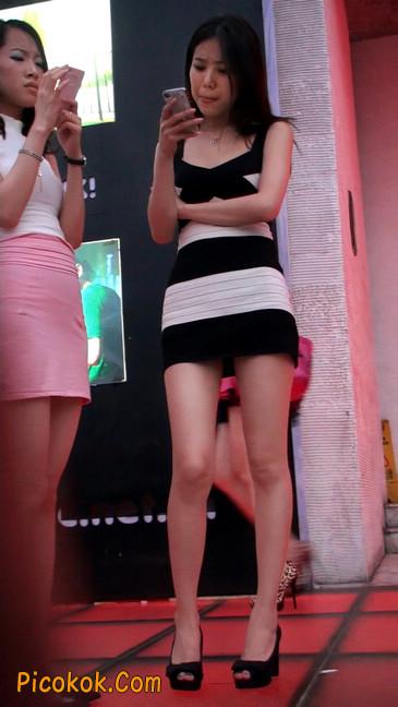 街拍夜店门口的性感超短裙极品美女9