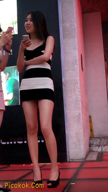 街拍夜店门口的性感超短裙极品美女11