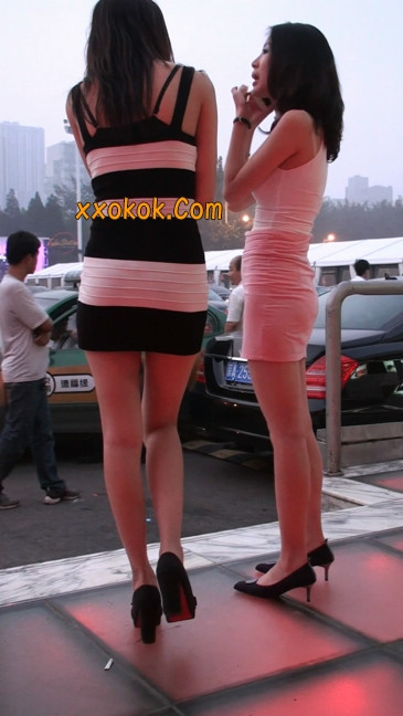 街拍夜店门口的性感超短裙极品美女22