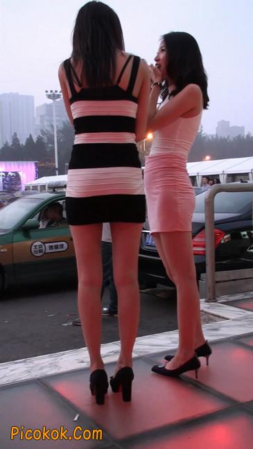 街拍夜店门口的性感超短裙极品美女23