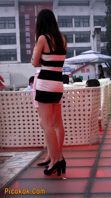 街拍夜店门口的性感超短裙极品美女25