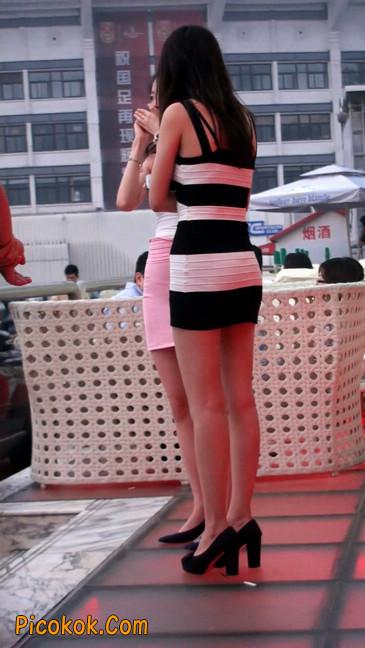 街拍夜店门口的性感超短裙极品美女26