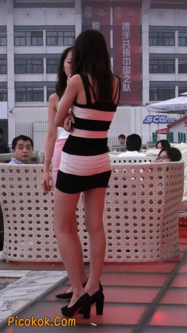 街拍夜店门口的性感超短裙极品美女27