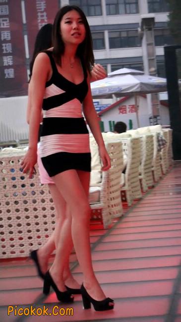 街拍夜店门口的性感超短裙极品美女29