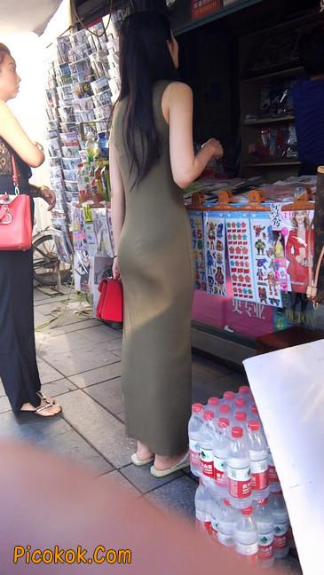 少妇穿着贴身的裙子,内裤都印出来了噢8