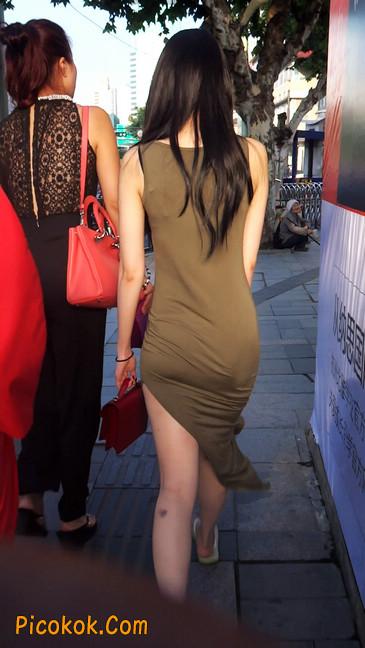 少妇穿着贴身的裙子,内裤都印出来了噢12