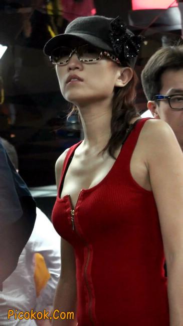 低胸爆乳的美女被男友当众拉开衣服