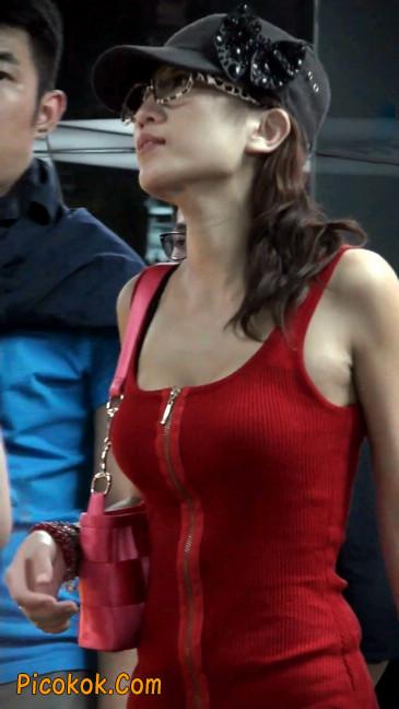 低胸爆乳的美女被男友当众拉开衣服7