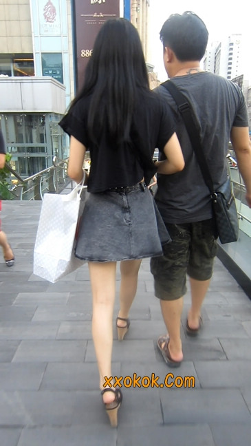 街拍气质超好的牛仔短裙美女9