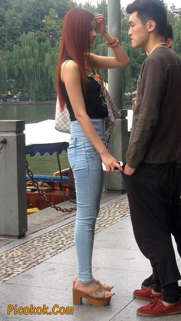 穿着紧身牛仔裤的性感撩人长腿美女4