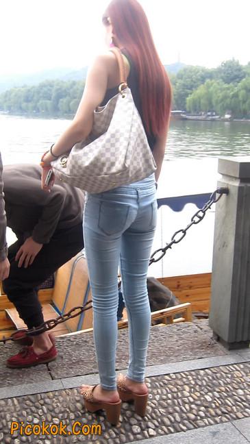 穿着紧身牛仔裤的性感撩人长腿美女10